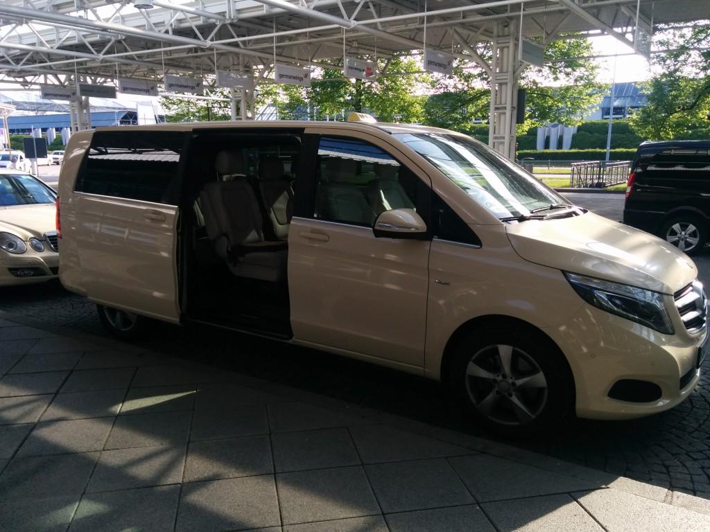 Taxibus (Großraumtaxi) am Flughafen München